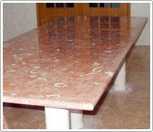Mesa com pés torneados
